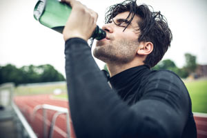 Golpe de calor golpe de calor Golpe de calor sports man is trinking out of his water bottle after tough workout on running track t20 9lgBO2